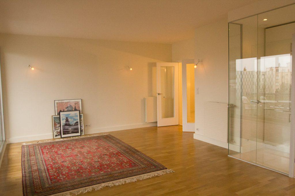 salon séjour amenagé avec cuisine fermée par paroi vitrée