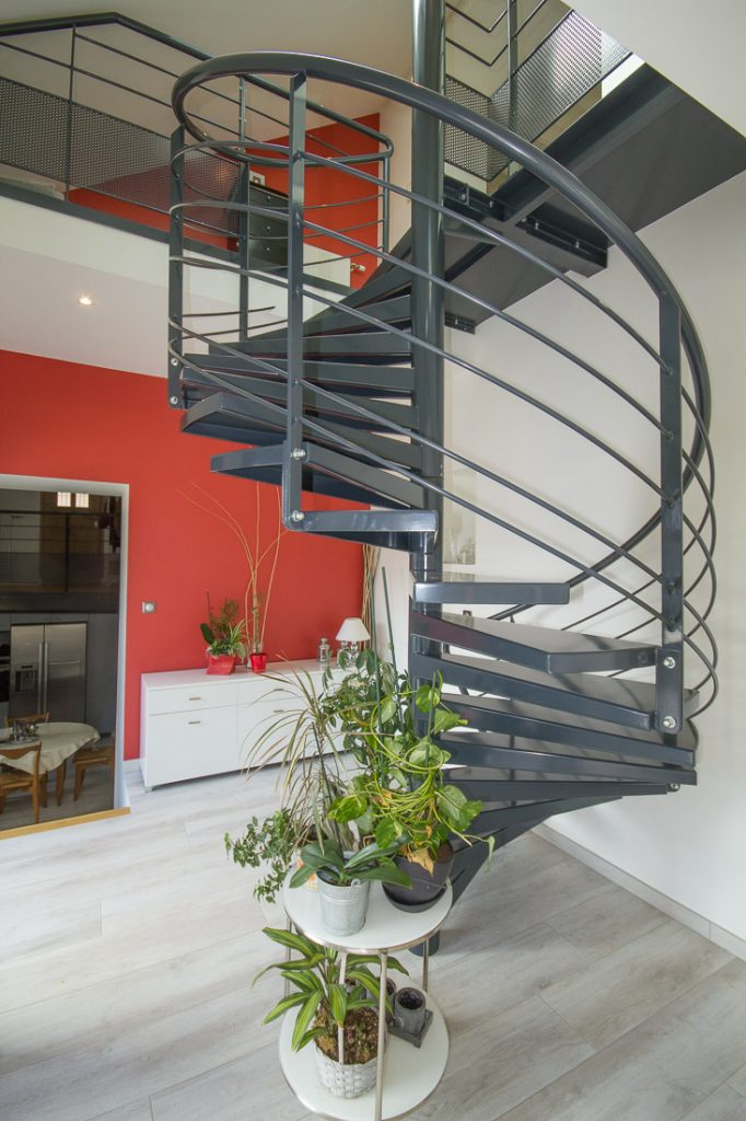 escalier helicoidal mur rouge