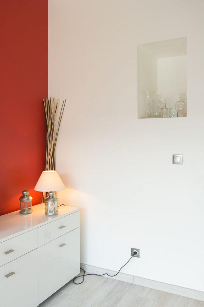 niche et mur rouge