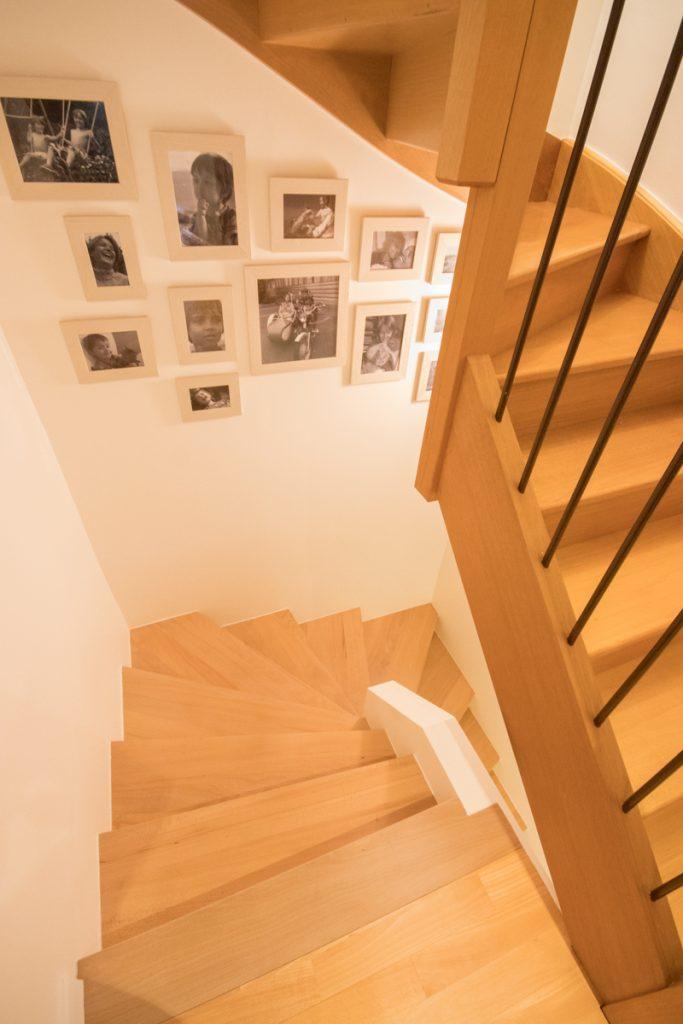 habillage d'un escalier en beton par des marches et contremarches bois hetre